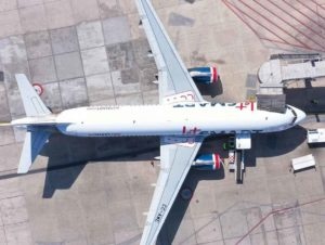 Avión de JetSmart aparcado